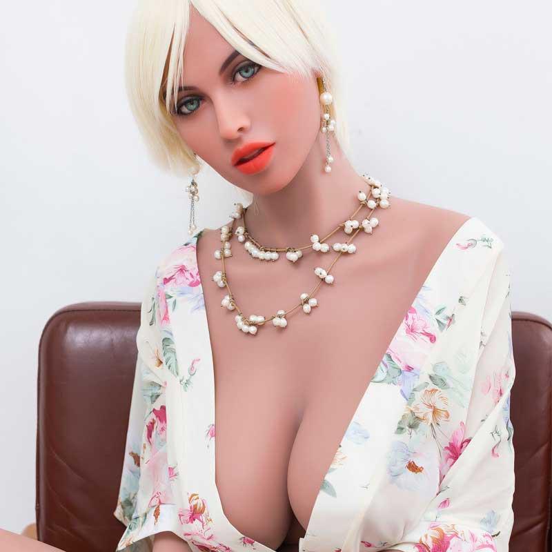 Nora - Lange sekpop met grote borsten en een ronde kont